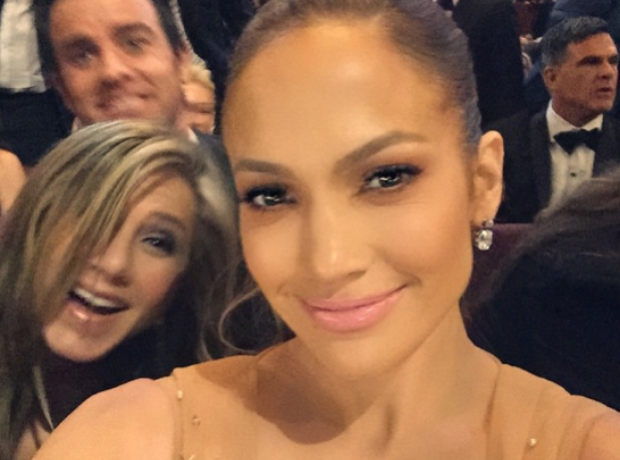 Jennifer Lopez gets photobombed at the 2015 Oscars