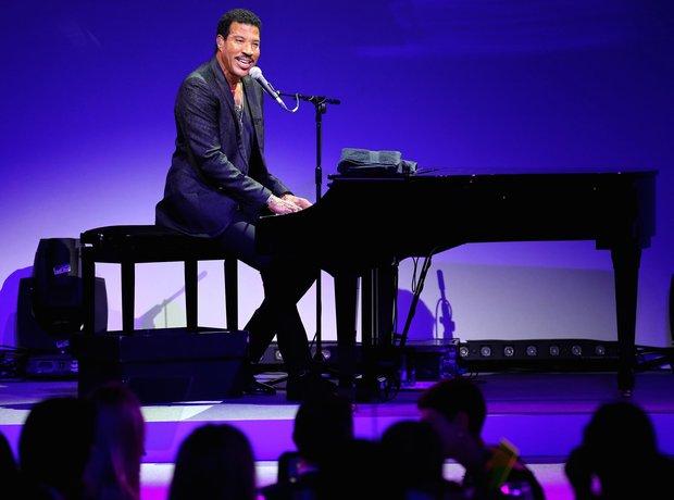 Lionel Richie Plays Live