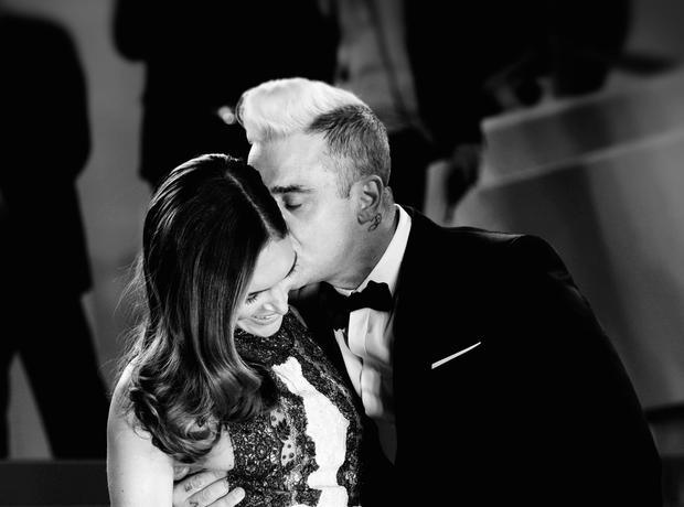 Robbie Williams Kisses Wife