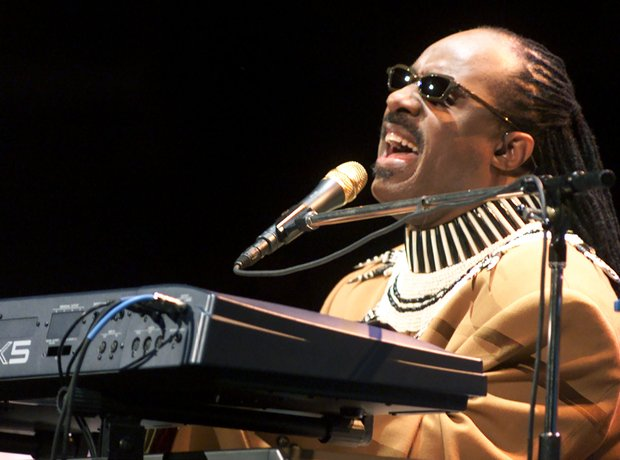 stevie wonder performs