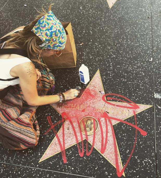 Paris Jackson cleans graffiti off Michael Jackson